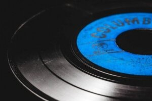 how to buy used vinyl records - scratches
